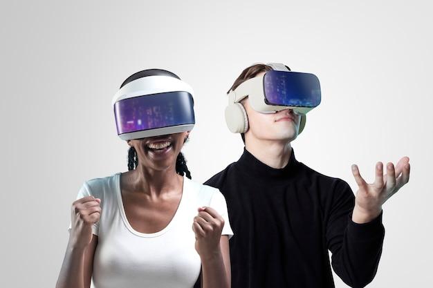 Personas con tecnología inteligente de gafas vr