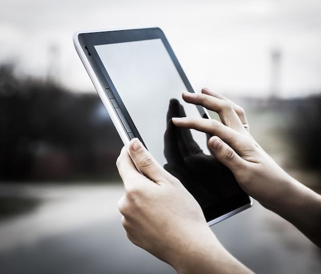 Personas y tecnología. primer plano de la persona que sostiene la tableta digital. foto con espacio de copia