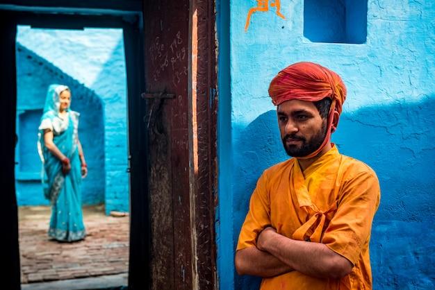Las personas se tiran de colores durante la celebración de holi en el templo de krishna en nandgaon, india
