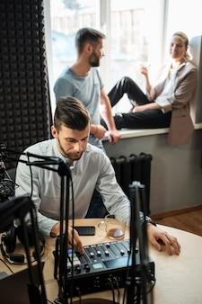 Personas de tiro medio en la estación de radio