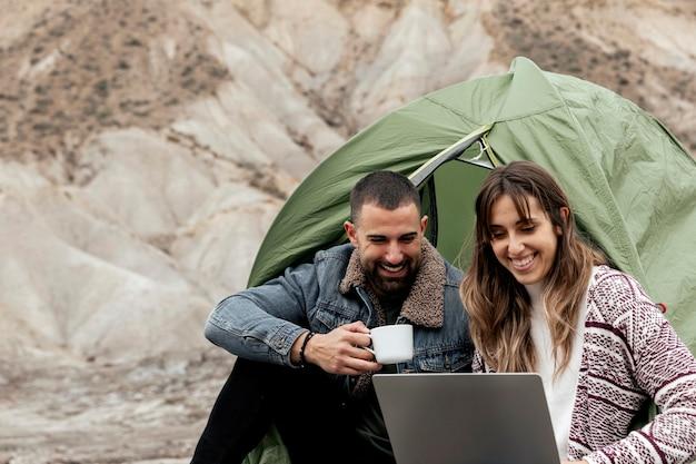 Personas de tiro medio con laptop y taza de café