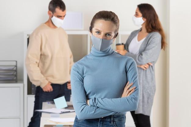 Personas de tiro medio con máscara médica