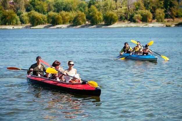 Personas de todas las edades en kayak. vacaciones familiares.