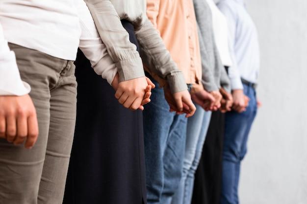 Personas tomadas de la mano en una sesión de terapia de grupo