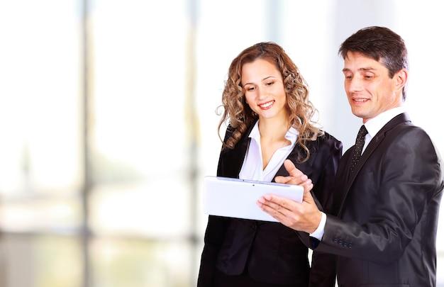 Personas en el trabajo durante una reunión de negocios.