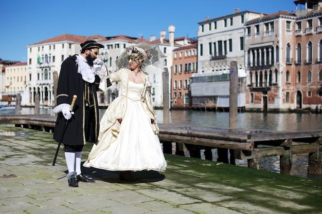 Personas en traje para el carnaval de venecia