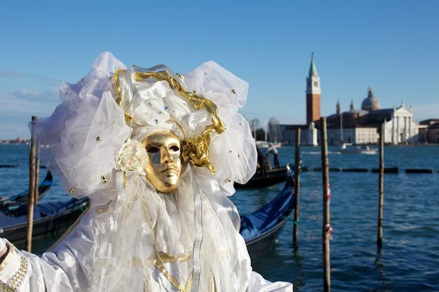 Personas en traje para fiesta de carnaval de venecia