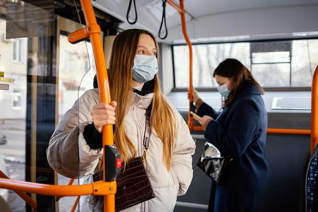Personas en transporte público con máscara.
