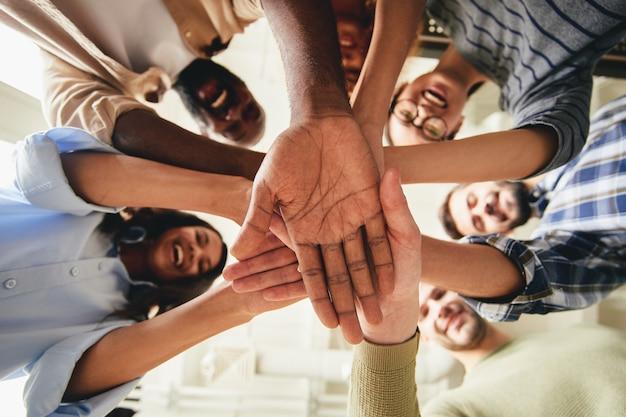 Personas unidas de diferentes nacionalidades como una sola comunidad
