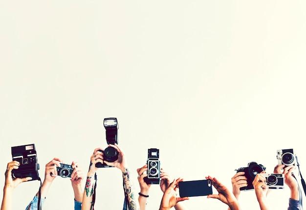 Personas con varias cámaras vintage