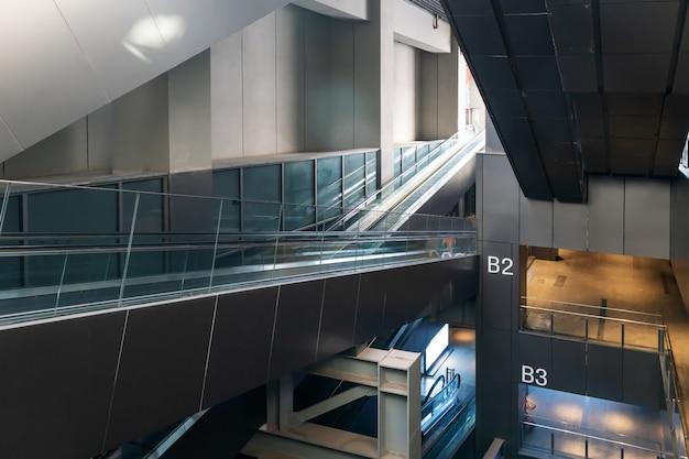Perspectiva hacia abajo de la escalera mecánica del centro comercial