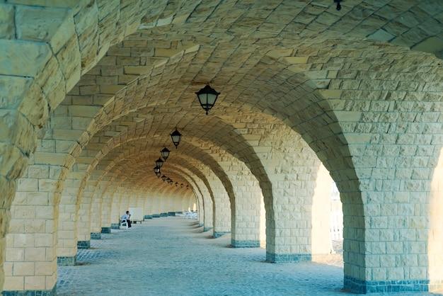 Perspectiva arquitectónica desde corredor arqueado