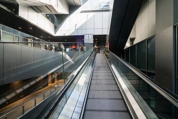 Perspectiva ascendente de la escalera mecánica del centro comercial
