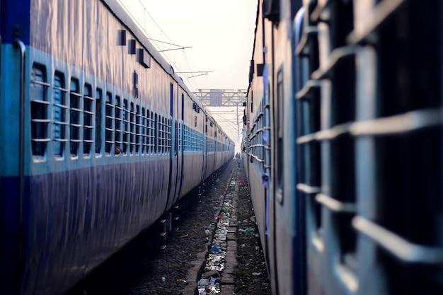 Perspectiva de dos trenes en la vía férrea
