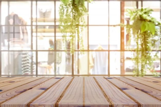Perspectiva de la mesa de madera vacía en la parte superior sobre el fondo borroso.