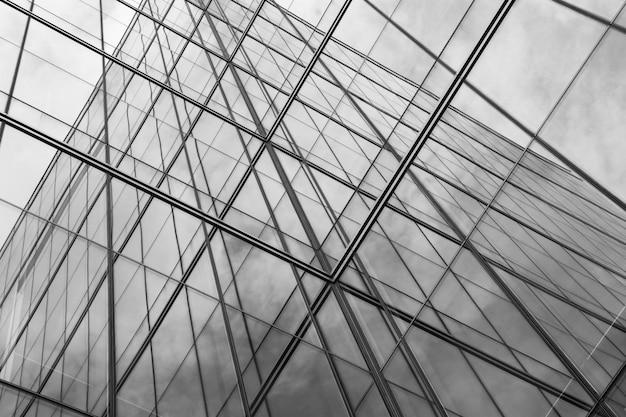 Perspectiva de la ventana de cristal moderna en rascacielos - monocromo