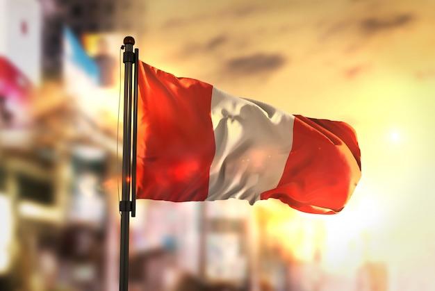 Perú, bandera, contra, ciudad, borrosa, plano de fondo, sunrise, contraluz
