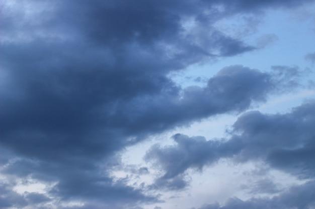 Pesadas nubes grises en el cielo