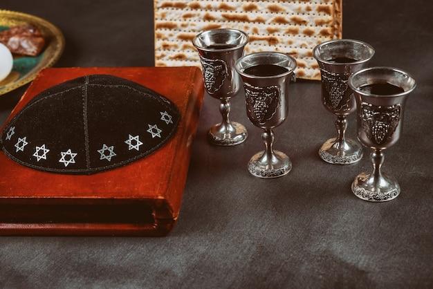 Pesah celebración navideña, pan sin levadura matza y cuatro tazas de vino kosher