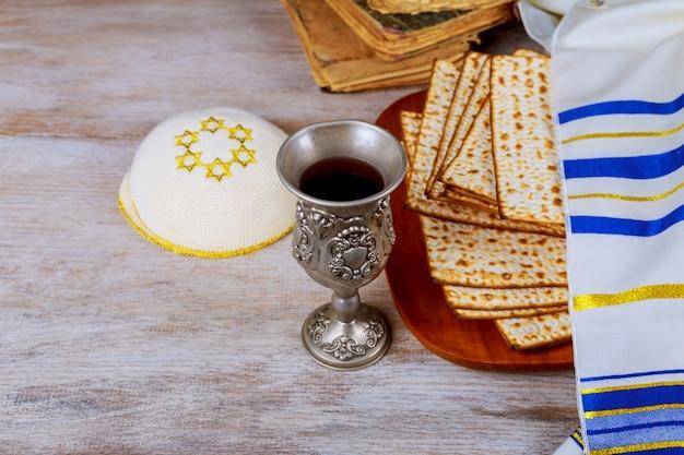 Pesah fiesta de la pascua judía con vino y matza