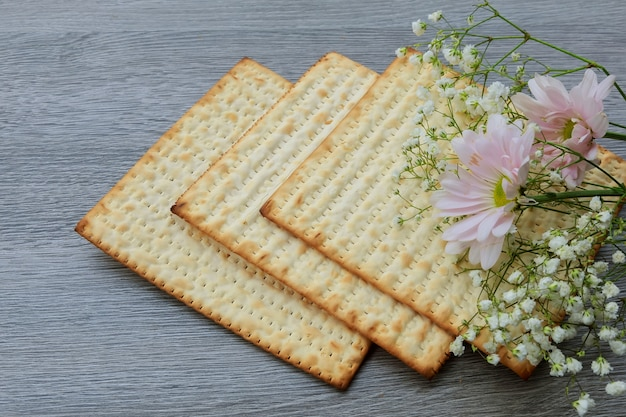 Pesaj bodegón con pan de pascua judío y matzá