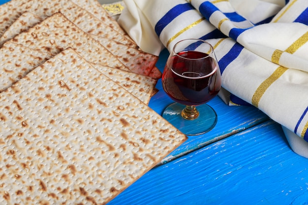 Pesaj bodegón con vino y matzá pan de pascua judía