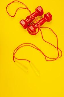 Pesas de gimnasia en amarillo brillante