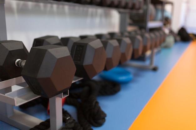 Pesas de gimnasio en estante