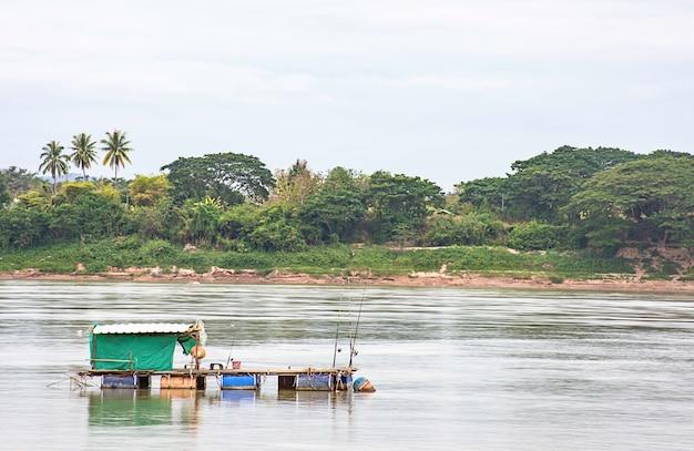 La pesca y el cielo flotantes en el río mekong en loei en tailandia.