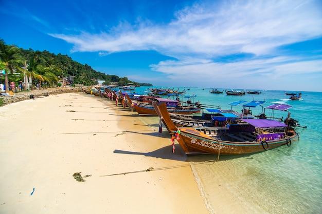 Pesca tradicional tailandesa barcos de madera envueltos con cintas de colores.