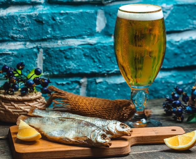 Pescado ahumado servido con cerveza