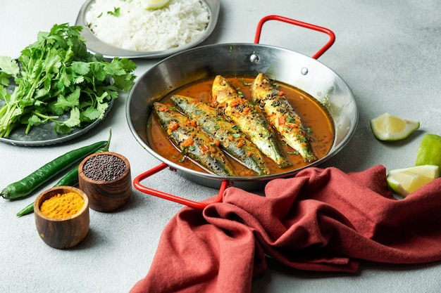Pescado al curry indio, sardina con salsa de mostaza