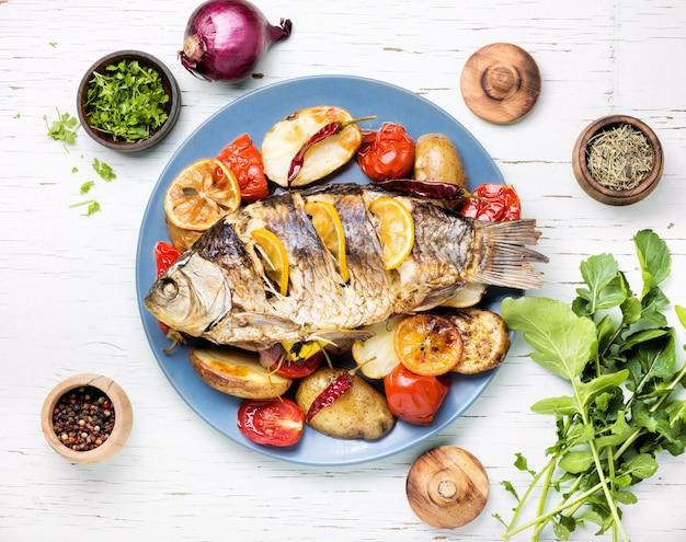 Pescado al horno con guarnición de verduras.