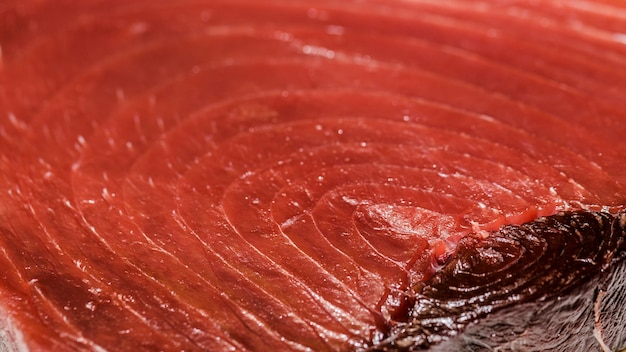 Pescado de carne roja recién cortado en el mercado