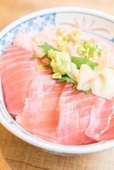 Pescado crudo carne de atún en un tazón de arroz