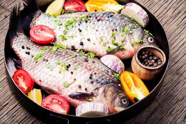 Pescado crudo e ingredientes alimentarios.