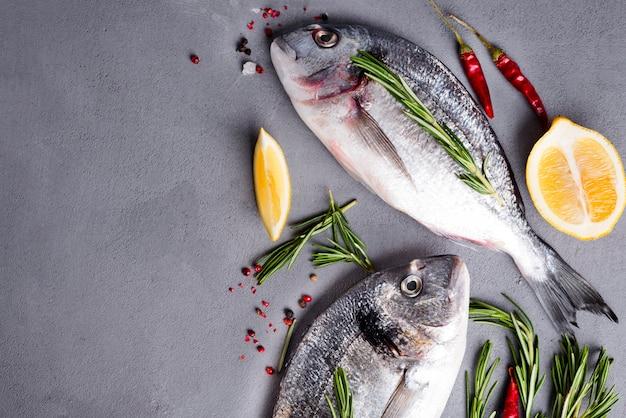 Pescado crudo e ingredientes para cocinar.