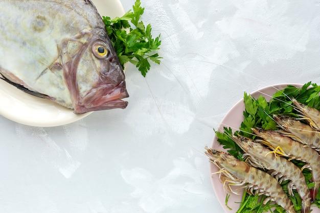 Pescado crudo fresco y langostinos