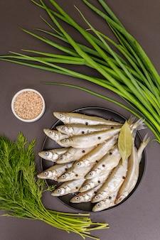 Pescado crudo fresco olido o sardinas listas para cocinar