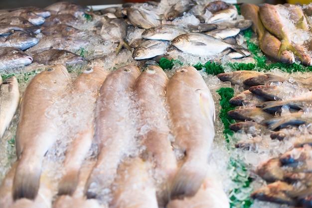 Pescado crudo en el mercado