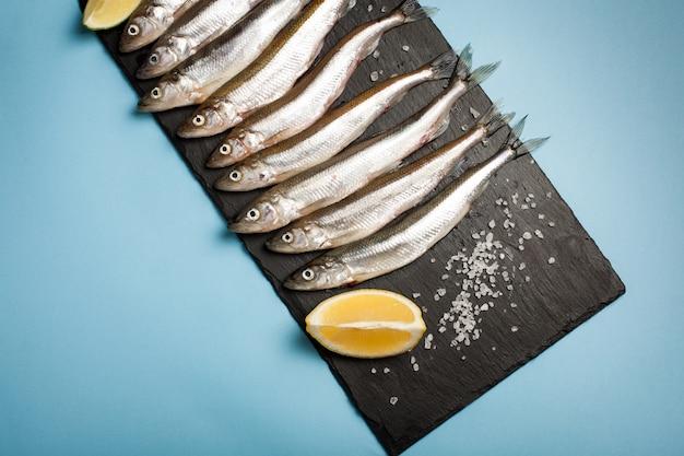 El pescado fresco del mar se funde o sardinas.