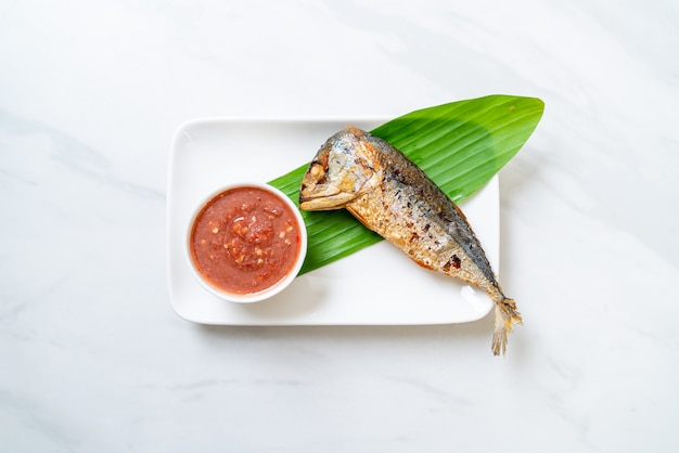 Pescado frito caballa con salsa picante de pasta de camarones