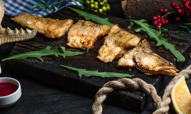 Pescado frito en la mesa