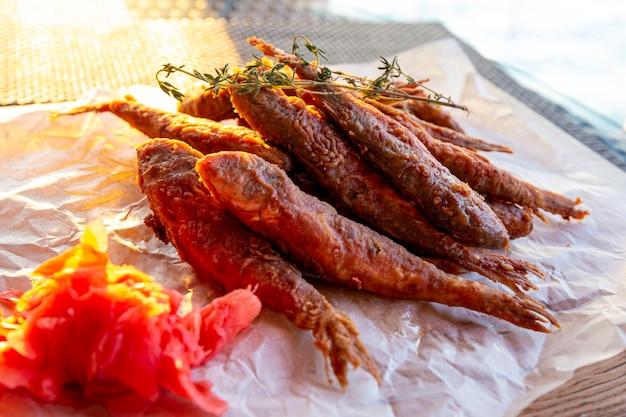Pescado frito de salmonete del mar negro cerrar