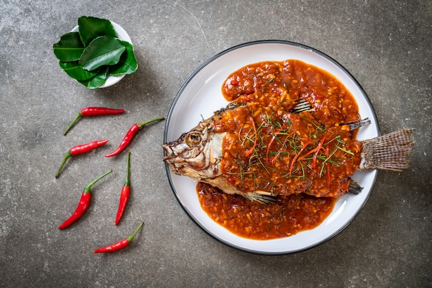 Pescado frito con salsa de chile