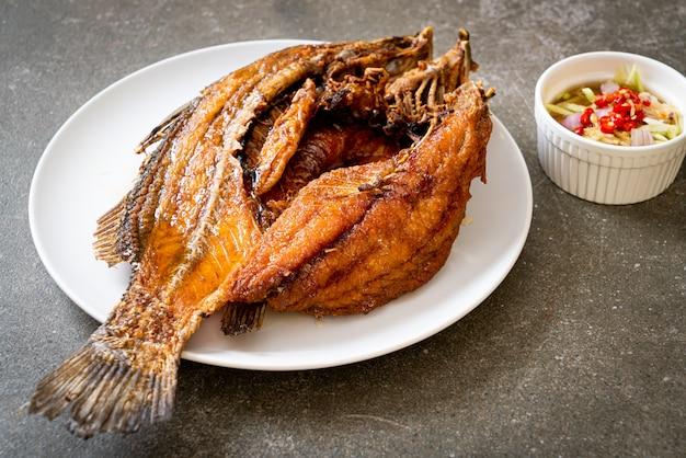 Pescado frito con salsa de pescado