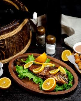 Pescado frito sobre tabla de madera