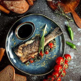 Pescado frito con tomate y narsharab