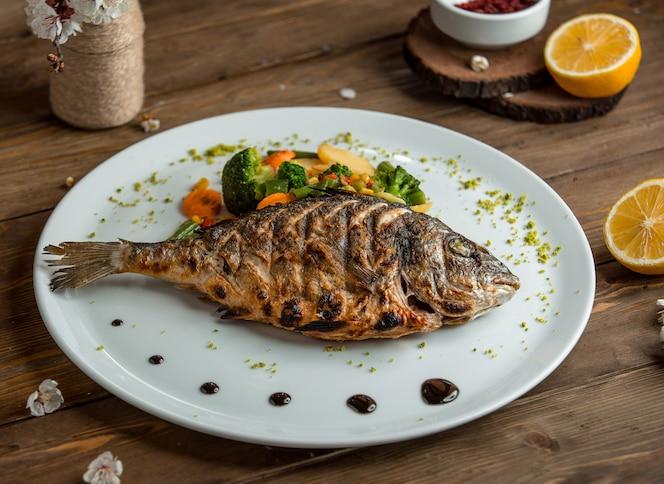 Pescado frito con verduras en el plato 3