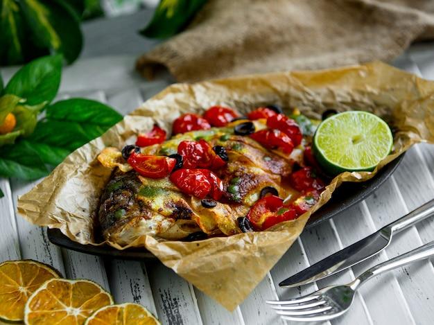 Pescado frito con verduras sobre la mesa